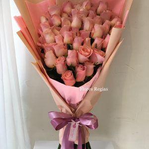 Bouquet 24 Rosas Rojas En Forma De Corazón Y Papel Decorativo Flores Regias Girasoles Y Rosas Ramos De Flores Rosas Ramo De Rosas Rojas
