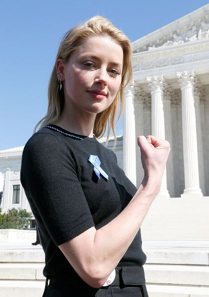 Actress And Activist Amber Heard Joins The Brett Kavanaugh U S Supreme Court Confirmation Protest Amber Heard Amber Heard Age Amber Head