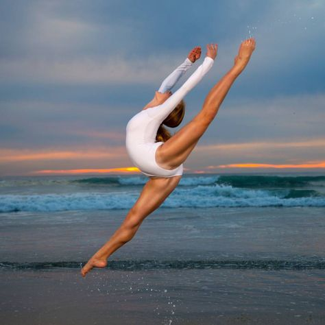 mentions J'aime, 31 commentaires - Jeff and Kay (Molly Leithart. Dance Photography Poses, Gymnastics Photography, Dance Poses, Yoga Poses, Dance Picture Poses, Yoga And More, Dance Aesthetic, Flexibility Dance, Amazing Gymnastics