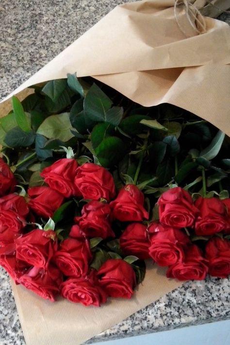 Mazzo Di Fiori A Gambo Lungo.Fascio Di 24 Rose Rosse A Gambo Lungo La Sorpresa Ideale Per San
