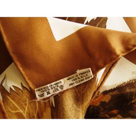 0f5997e05996 carré hermès,foulard maison hermès,feuilles d automne,hermès  sciarpa,seidentuch,hermès silk scarf,luxe accessoire,femme