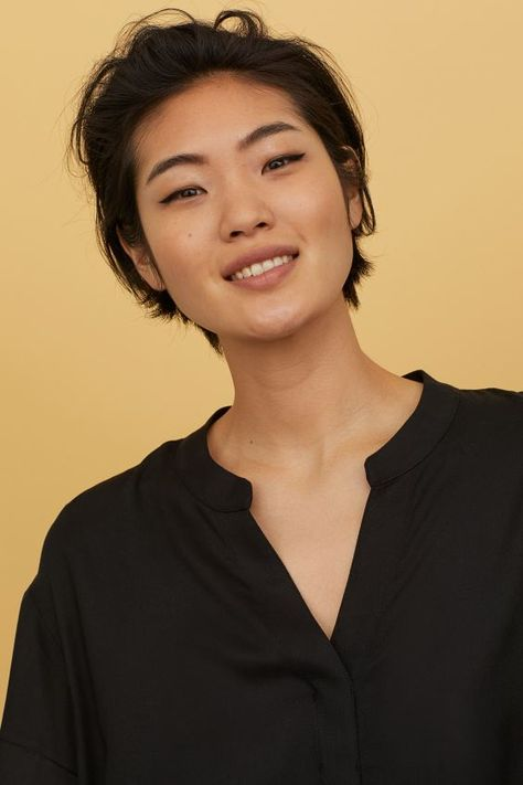 Short, straight-cut dress in woven fabric. Small stand-up collar, V-neck opening at top, dropped shoulders, and short sleeves with sewn foldover cuffs. Tomboy Haircut, Androgynous Haircut, Tomboy Hairstyles, Short Black Hairstyles, Pretty Hairstyles, Bob Hairstyles, Short Female Haircuts, Asian Boy Haircuts, Greek Hairstyles