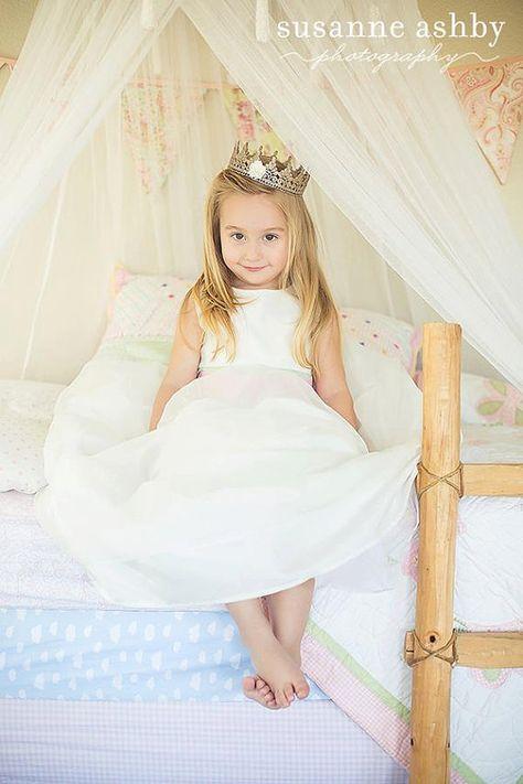 物語の中のお姫様への憧れやプリンセス願望は、いくつ歳をとっても消えないもの。今回はとっても簡単なレースのティアラDIYをご紹介します。レースクラウンをお部屋に忍ばせ、お家の中でこっそり夢を叶えて…♡