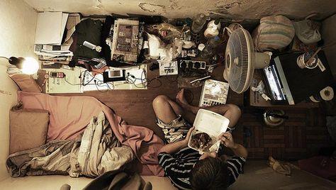 Spärlich eingerichtet, schlecht beleuchtet, meist ohne Fenster – so leben die Armen von Hong Kong. Auf engstem Raum müssen die Bewohner – meist ganze Familien – zusammengepfercht leben. (Bild: AFP) -