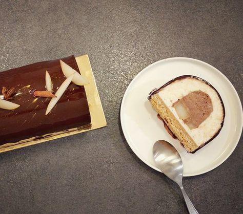 Voici ma proposition de recette debûche de noël chocolat poire.C'est un dessert de Noël que j'ai voulu assez léger pour une fin de repas facile. La priorité aux fruits, ici la poire en deux textures : sautées avec du miel et des épices et en mousse après les avoir pochées dans ces