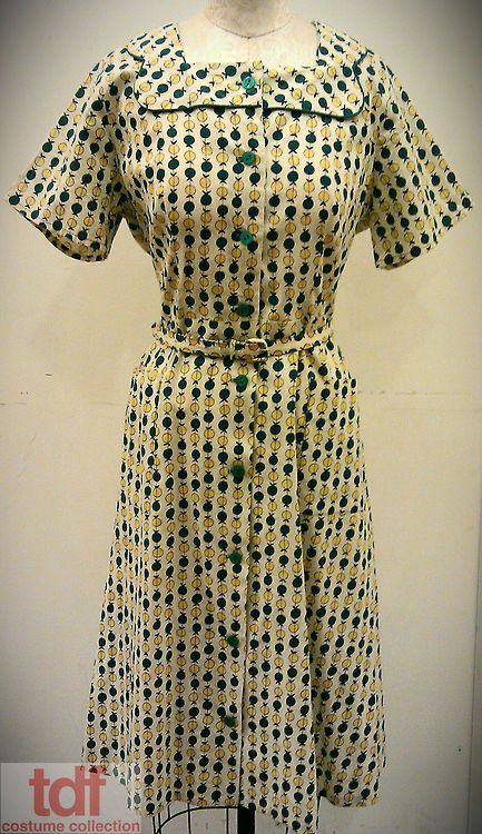 Here is another house dress that I really enjoy. I love prints that contain apples and it seems that many house dresses of the times contained apple prints. I like the aqua/yellow of combination of the apples and how they color mix if you look at it long enough.