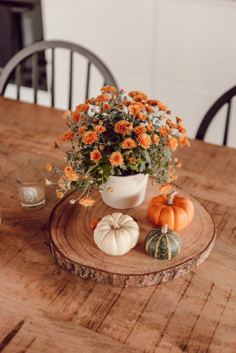 My 5 tips to decorate your interior in. Thanksgiving Decorations, Seasonal Decor, Table Decorations, Holiday Decor, Farmhouse Table Centerpieces, Harvest Decorations, Thanksgiving Table, Halloween Decorations, Fall Room Decor