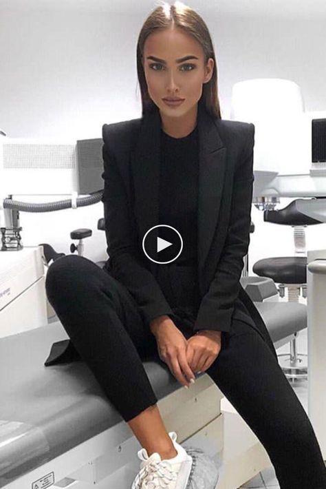 Mode chic femme casual avec costume noir et baskets blanches prises à ...