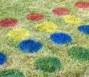 Crea un lugar para jugar con tus pequeños en tu jardín. ¿Qué te parece este #Twister?