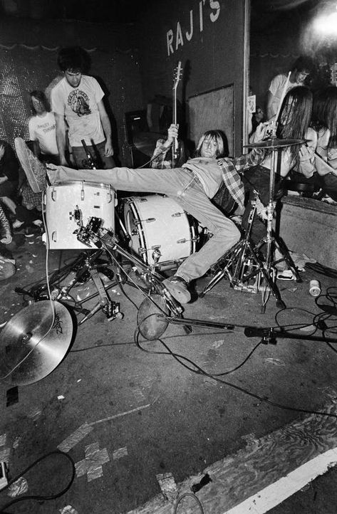 Kurt Cobain death anniversary: Nirvana exhibition reveals intimate photographs of troubled rock star Dave Grohl, Arte Grunge, Arte Punk, Nirvana Kurt Cobain, Kurt Cobain Art, New Wave, Photocollage, Band Posters, Aesthetic Grunge
