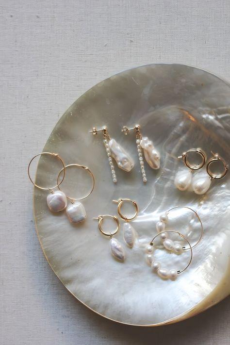 imagen descubierto por 𝐀. Descubre (¡y guarda!) tus propias imágenes y videos en We Heart It Dainty Jewelry, Cute Jewelry, Pearl Jewelry, Gold Jewelry, Jewelry Accessories, Fashion Accessories, Jewelry Design, Fashion Jewelry, Pearl Earrings