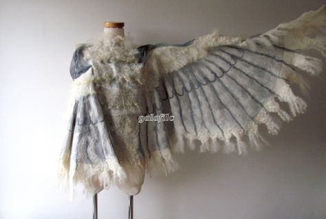 Winged shawl Wings scarf Felted scarf costume wings by galafilc Fantasy Costumes, Cosplay Costumes, Nuno Felt Scarf, Felted Scarf, Felted Wool, Owl Wings, Rabe, Nuno Felting, Needle Felting