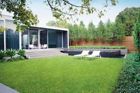 liegestühle und grünes gras im großen hinterhof eines luxus haus