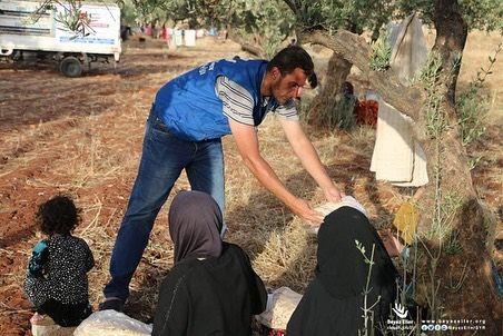 فريق الأيادي البيضاء أثناء توزيع خبز على أهلنا النازحين من ريفي حماة وإدلب ضمن مشروع إغاثة عاجلة بدعم Alnouricharity رابط التبرع المباشر