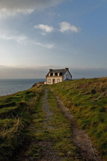 A seaside cottage in Beuzec-Cap-Sizun. A commune in the Finistère department of Brittany in north-western France, lying on the promontory of Cap Sizun. Beautiful World, Beautiful Places, Cottages By The Sea, Stone Cottages, House By The Sea, House On A Hill, My Dream Home, Seaside, Scenery