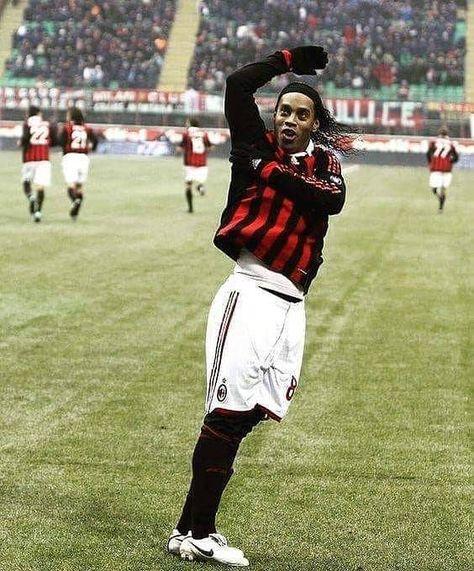 Boateng: Cuando Ronaldinho vino al A.C. Milan ya no era el mejor Ronaldinho Gaúcho pero cuando quería mostraba lo que sabía hacer con el balón. Y era impresionante. En esos momentos te dabas cuenta que era el mejor del mundo más allá de Zinedine Zidane Diego Maradona o Pelé. Cuando no salía por las noches y había descansado bien venía a los entrenamientos y nombraba a los compañeros que les iba a hacer un túnel. Y al final lo hacía. Podía golpear el travesaño cuantas veces quería. Era imposible
