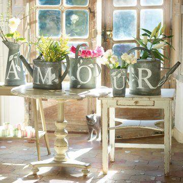 Des arrosoirs décorés de lettres adhésives / Watering cans decorated with adhesive letters, decoration set, wedding, romantic