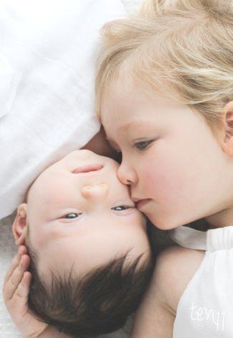 Geschwisterliche Zuneigung - Die Nahaufnahme ist besonders bezaubernd #gerburtskarten #fotosammlung #rosemood