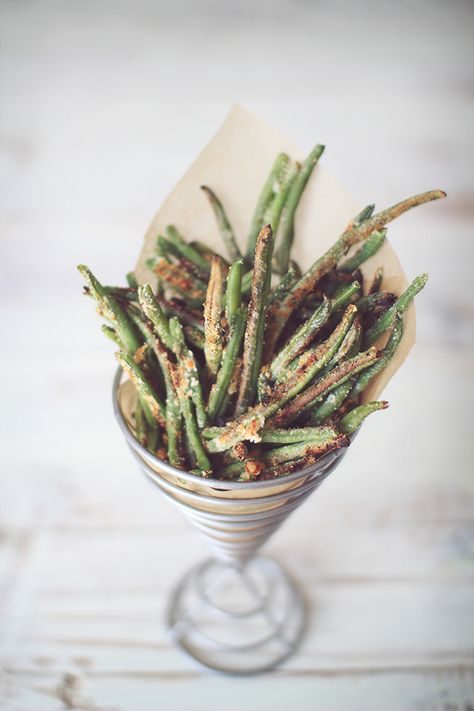Crispy seasoned green beans .... Easy, just drizzle w EVOO & toss w seasoning & nutritional yeast. Bake. Delicious appetizer or side dish & a healthy snack alternative to chips.