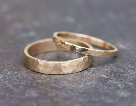 Hammered Gold Wedding Rings 14k Gold Ring Set door TorchfireStudio