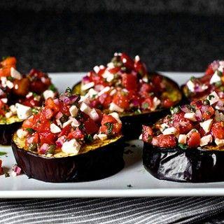 Bruschette ohne Kohlenhydrate: Deb Perelman von smittenkitchen.com grillt dicke Auberginenscheiben im Ofen und belegt sie mit einem Salat aus Tomaten, Ricotta, roten Zwiebeln und Minze -...