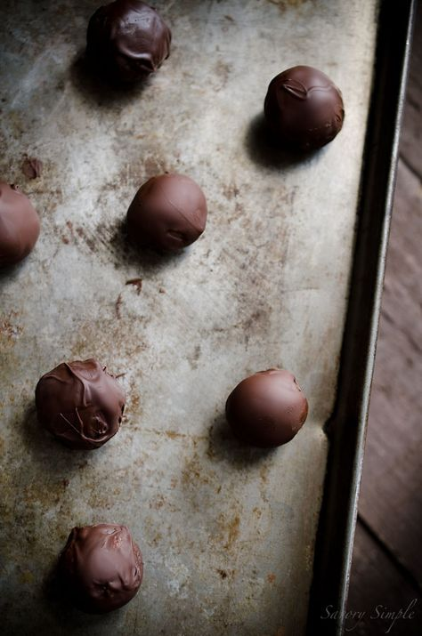 Speculoos Truffles are easy to prepare candies made from cookie butter and dark chocolate!
