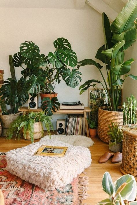 A super cozy boho corner by Sara Toufali of Black & Blooms using lots of plants to create a jungle vibe adding wicker, wood and cozy textiles for a warm interior. A place great for listening to records or reading. #bohoretailspace #bohoretailstore #cozycornerideas #bohointeriordesign #plantdecor #bohocorner #bohocornerdecor Boho Room, Boho Living Room, Hippy Room, Living Room And Bedroom In One, Hipster Living Rooms, Earthy Living Room, Bohemian Living Spaces, Earthy Bedroom, Living Room Green