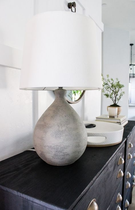 Create your own faux cement lamp with this simple DIY! All you need is a great lamp, vase, or vessel and a can of spray paint to get started. Spray Paint Ceramic, Spray Painting Glass, Spray Paint Lamps, Stone Spray Paint, Concrete Spray Paint, Spray Paint Diy Decor, Spray Paint Projects, Diy Projects, Painting Lamp Shades