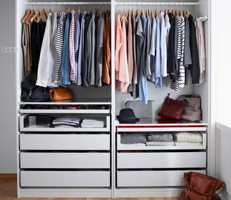 Double armoire IKEA ouverte avec tringles et tiroirs de différentes profondeurs et hauteurs.
