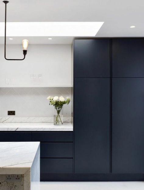 Deco Bleu Canard Cuisine Bleu Plafond Blanc Luminaire En Metal Noir Et Ampoule Plan De Tr Kitchen Ceiling Lights Dark Blue Kitchen Cabinets Kitchen Ceiling