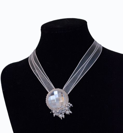 ciondolo spilla bianco in cristallo con perline e swarovski