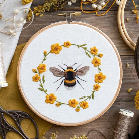 Sweet Bee & Floral Wreath: Hand Embroidery Pattern. Digital Download. Beginners Thread Painting Tutorial. Paint With Thread. Hoop Art