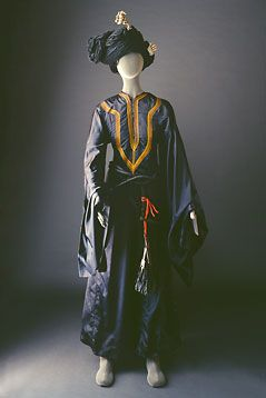 Yam thobe cut with a fitted waistband, ample skirt and wide triangular sleeves. The belt is hand woven leather and the headdress is made of wool.