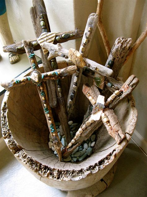 This Rustic Cross Centerpiece is a gorgeous accent to any dinner table either at your annual Easter feast or to keep up all year long. Wooden Crosses, Crosses Decor, Wall Crosses, Decorative Crosses, Rustic Cross, Old Rugged Cross, Cross Art, Cross Crafts, Sunday School Crafts