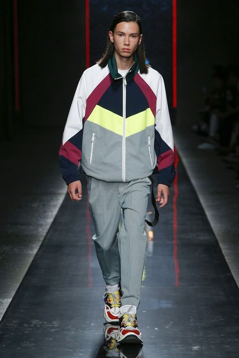 Dsquared2 Spring 2019 Menswear collection, runway looks, beauty, models, and reviews.