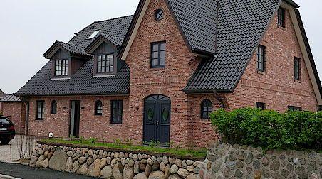 Stadtvilla roter klinker  Fassade Klinker rot Sprossenfenster schwarz Sylt | Garden ...