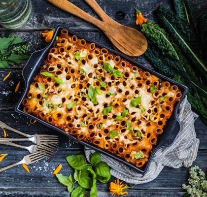 Pastagratang Med Fetaost Soltorkade Tomater Champinjoner Och Svartkal In 2020 Food Food Drink Vegetarian