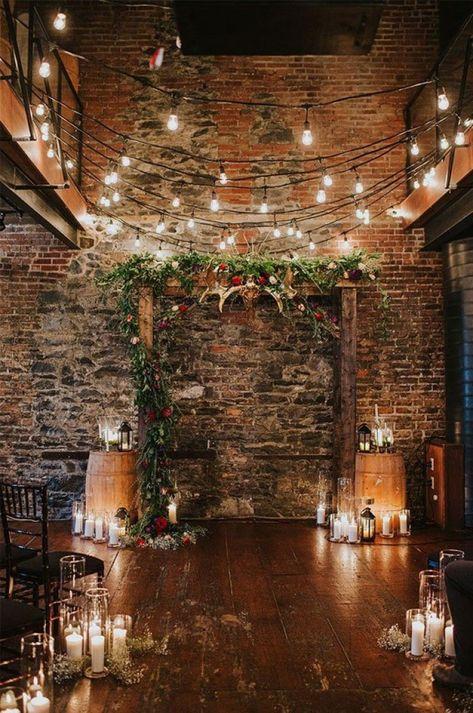 Varal de lâmpadas | Casamento iluminado é casamento ainda mais bonito e feliz! As luzinhas são tendência na decoração e aparecem em vários estilos de festa. Você gosta da ideia? Aproveite para se inspirar! Aqui, altar de casamento decorado com varal de lâmpadas e velas. #wedding #casamento #weddingdecor #decoracaodecasamento #lights #varaldelampadas #modernwedding #tablescapes #mesaposta