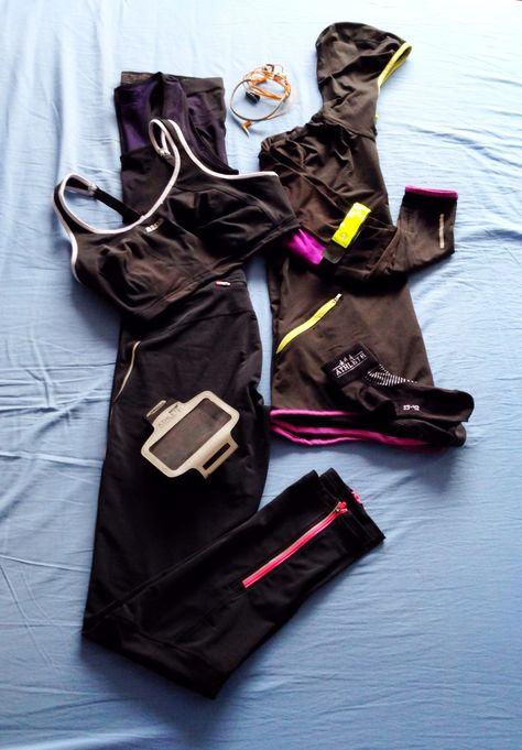 Wat ik draag bij hardlopen: extra warme winterlegging (Athlete), racerback tanktop (Crivit), hoodie (Puma), sokken (Athlete), armband voor de iPhone (Athlete), koptelefoon (weet niet welk merk, we hadden ze nog), gele reflecterend armband (worden per 2 verkocht bij Action) and mijn schoenen (niet op het bed!).