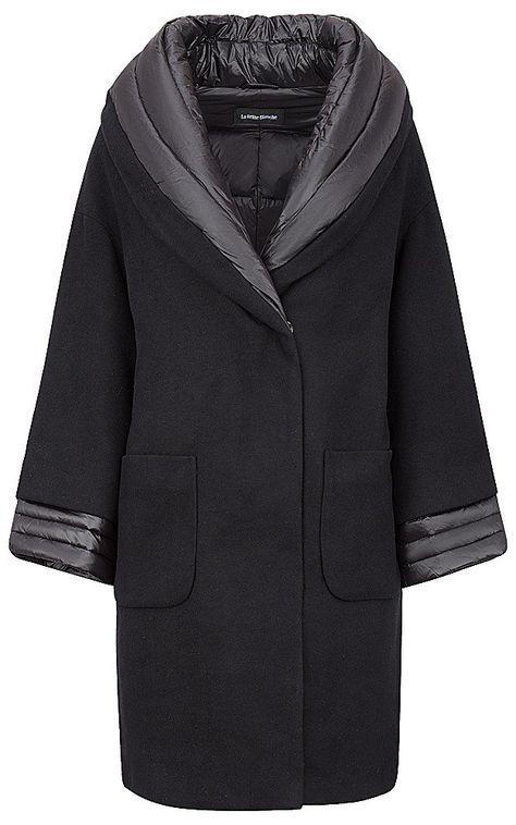 Невероятно элегантное и очень необычное комбинированное пальто. Укороченный рукав добавляет женственности, шерстяная ткань верха изделия обеспечивает респектабельный внешний вид, а утеплитель из натурального пуха дарит беспрецедентный уровень комфорта и защиты от холода. Идеальное решение для офисных будней и делового дресс-кода