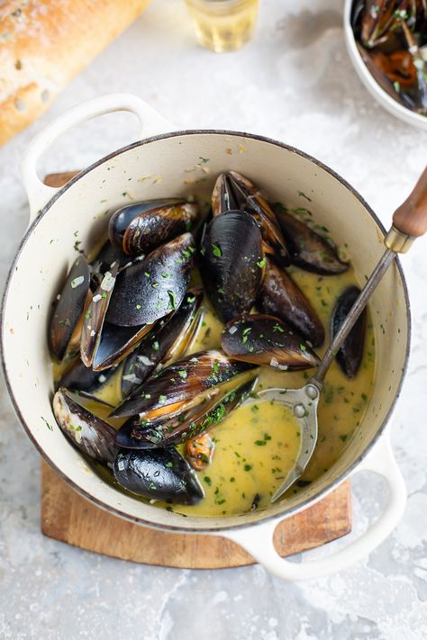 A classic and easy recipe for mussels with white wine, garlic & cream Seafood Appetizers Seafood Appetizers Appetizers Appetizers for a crowd Appetizers parties Appetizers For A Crowd, Seafood Appetizers, Seafood Dinner, Fish And Seafood, Appetizer Recipes, Fish Recipes, Seafood Recipes, Cooking Recipes, Mussel Recipes