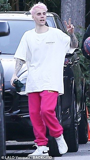 Justin Bieber Debuts Cotton Candy Pink Hair As He Enjoys Game Of Hoops In 2020 Justin Bieber Outfits Justin Bieber Cotton Candy Pink Hair