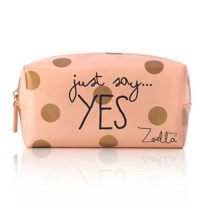 Zoee has brought out a neww makeup bag ! <3 It looks sooo nicee, I NEED THIS ONE EVEN THOUGH I HAVE THE OTHER ONE WITH HER EYES XD Urgh such a nice colour, I love the gold polka dots and the pastel pink <3