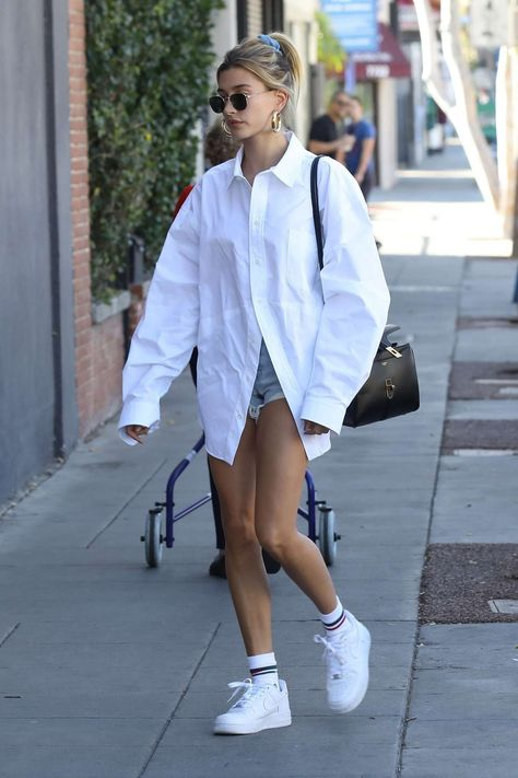 Hailey Bieber Street Style in a Oversized White Shirt Out And About in Los Angeles, Autumn Winter Moda Oversize, Camisa Oversized, Oversized White Shirt, Oversized Shirt Outfit, Oversized Dress, Mode Outfits, Trendy Outfits, Summer Outfits, Fashion Outfits