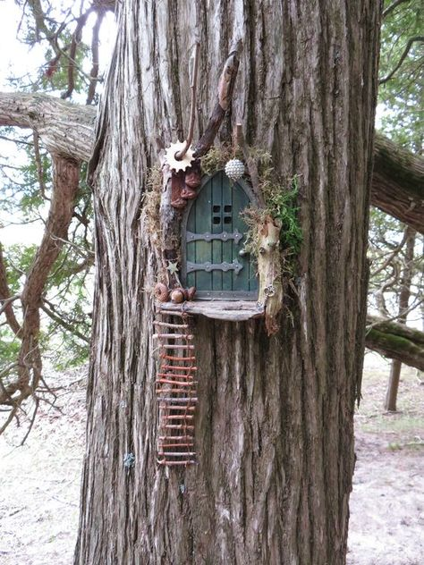 Fairy Door in Tree You get a special eye-catcher when you choose unexpected color variations and bright colors. Fairy Tree Houses, Fairy Garden Houses, Gnome Garden, Fairies In The Garden, Garden Boots, Fairy Garden Doors, Fairy Garden Furniture, Fairy Doors On Trees, Diy Fairy Door