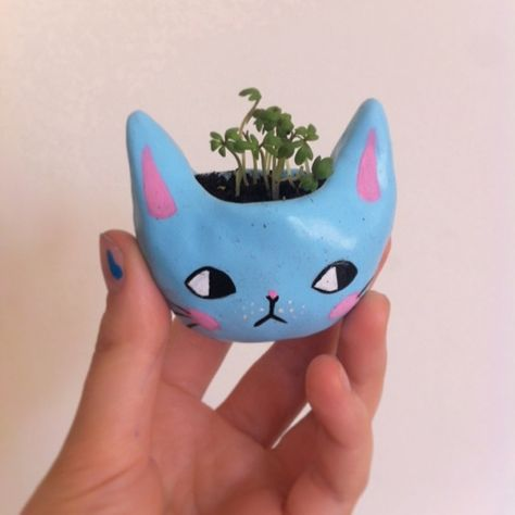Tiny Kitty Planter by ponyponypeoplepeople on Etsy Ceramic Pottery, Pottery Art, Ceramic Art, Ceramic Decor, Diy Clay, Clay Crafts, Arts And Crafts, Frog Crafts, Keramik Design