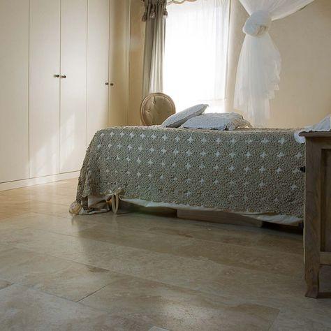 Camera da letto con pavimento in travertino chiaro