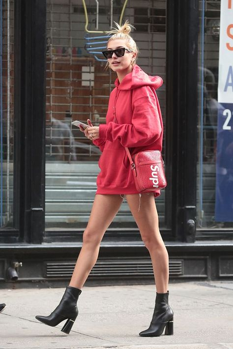 Black Bootie Outfit Ideas Over sized Sweatshirt Brooke Baldwin top knot street style. - Black Bootie Outfit Ideas Over sized Sweatshirt Brooke Baldwin top knot street style. Estilo Hailey Baldwin, Hailey Baldwin Style, Brooke Baldwin, Look Fashion, Fashion Outfits, Fashion Trends, Heels Outfits, Fashion Bloggers, Runway Fashion