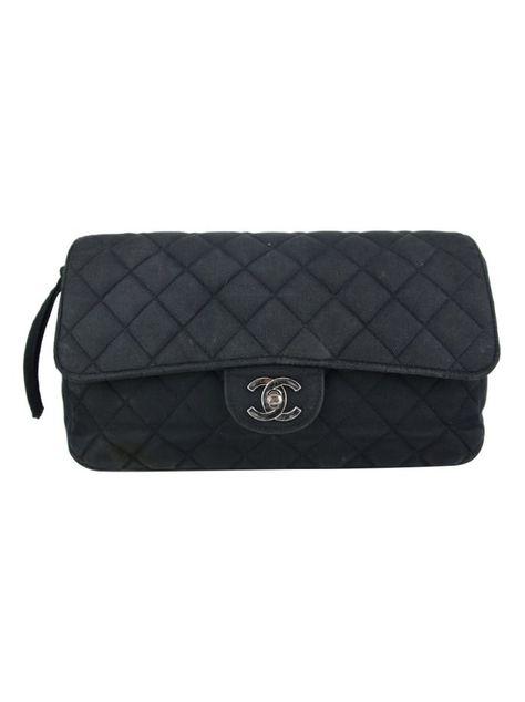 Bolsa Chanel Vintage Backpack Preta Original confeccionada em tecido com  acabamento matelassê. O modelo tipo mochila possui alça dupla com  correntes a98f7288267