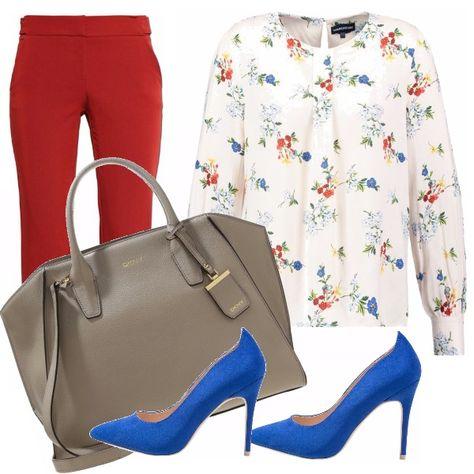 Per chi è abituato ad andare a lavoro con scarpe alte look con décolleté blu elettrico, camicetta floreale e pantaloni alla caviglia. Shopping Bag dai toni neutri.